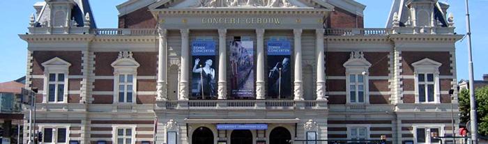 aan de achterzijde van het concertgebouw